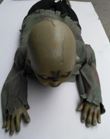 Kruipende zombie baby