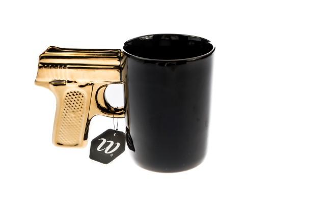 Mok met gouden pistool